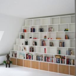 boekenkast onder schuine wand
