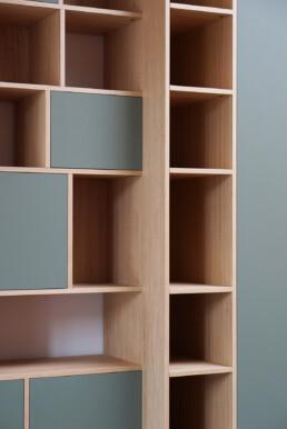 boekenkast met bezemruimte